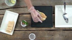 Шеф-повар гарнируя торт napoleon акции видеоматериалы
