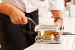 Шеф-повар делая макаронные изделия Стоковые Изображения