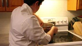 Шеф-повар делая ужин видеоматериал