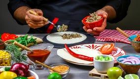 Шеф-повар делая tortilla Мексиканские закуски кухни, варя фаст-фуд для коммерчески кухни Концепция мексиканского варя рецепта стоковые изображения