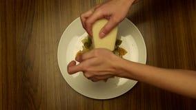 Шеф-повар добавляет сыр на макаронных изделиях видеоматериал