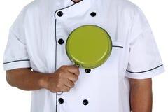 Шеф-повар держа сковороду Стоковая Фотография RF