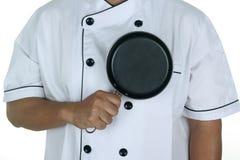 Шеф-повар держа сковороду Стоковые Изображения