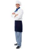 Шеф-повар детенышей усмехаясь уверенно мужской стоковое изображение rf