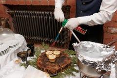 Шеф-повар делает вкусную корку на tartlets сыра Стоковые Изображения RF