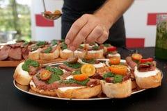 Шеф-повар делает bruschettas Стоковая Фотография