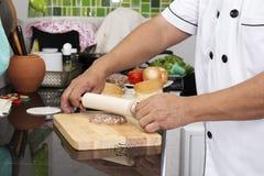 Шеф-повар делая пирожок гамбургера Стоковое Изображение RF