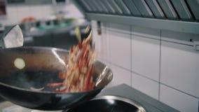 Шеф-повар жарит еду в лотке вка акции видеоматериалы