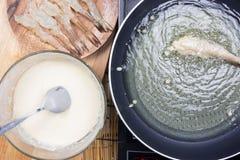 Шеф-повар жаря тэмпуру креветки стоковые изображения rf