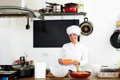 Шеф-повар женщины варя еду на кухне ` s кафа Стоковые Изображения RF
