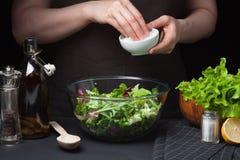 Шеф-повар женщины в кухне подготавливая vegetable салат еда здоровая диетпитание принципиальной схемы Здоровый образ жизни Сварит стоковые фотографии rf
