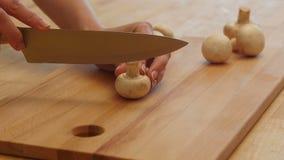 Шеф-повар женщины режет грибы на доске для julienne 4K акции видеоматериалы