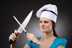 Шеф-повар женщины точить нож стоковые фотографии rf