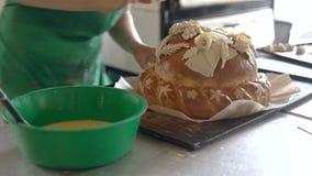 Шеф-повар женщины украшая хлеб свадьбы акции видеоматериалы