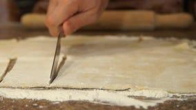 Шеф-повар замешивает тесто варить Мука Печь Варочный процесс сток-видео