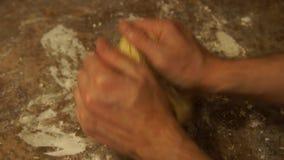 Шеф-повар замешивает тесто подготовлять пиццы шеф-повара делать расстегаи Варочный процесс сток-видео