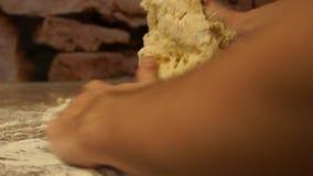 Шеф-повар замешивает тесто подготовлять пиццы шеф-повара делать расстегаи Варочный процесс акции видеоматериалы