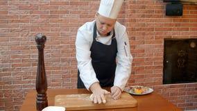 Шеф-повар замешивая тесто Стоковая Фотография RF
