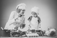 Шеф-повар и ассистентские близко оборудование и продукты питания кухни стоковые изображения rf
