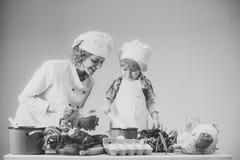 Шеф-повар и ассистентские близко оборудование и продукты питания кухни стоковое изображение rf