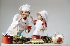 Шеф-повар и ассистентские близко оборудование и продукты питания кухни стоковые фото
