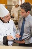 Шеф-повар и кельнер имея обсуждение Стоковая Фотография RF