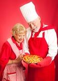 Шеф-повар и домохозяйка - пирог вишни стоковые изображения