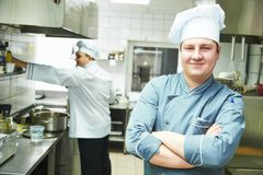 Шеф-повар кашевара на кухне ресторана Стоковая Фотография RF