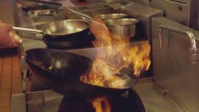 Шеф-повар меча пламенеющий фрай stir сток-видео