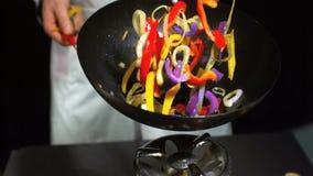 Шеф-повар меча смешанные овощи в вке сток-видео
