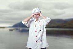 Шеф-повар молодой женщины покрывая ее уши с ее руками Стоковые Изображения RF