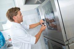 Шеф-повар на печи двери промышленной Стоковые Изображения RF