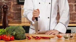 Шеф-повар на прерывая доске Стоковое Изображение RF