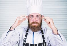 Шеф-повар на работе начиная перенос Гай в профессиональном равномерном готовом поваре Концепция шеф-повара Кулинарный возбуждает  стоковое фото rf