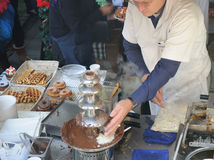 Шеф-повар на фонтане шоколада Стоковые Изображения