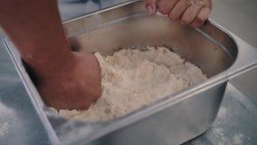 Шеф-повар обтирает в тесте видеоматериал