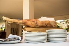 Шеф-повар отрезает ветчину serrano. Jamon Serrano. Типичное испанское чувствительное Стоковое Изображение