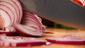 Шеф-повар отрезает лук Нож, разделочная доска вырезывание овощей кашевар рук акции видеоматериалы
