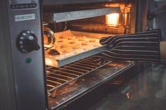 Шеф-повар печет печенья стоковое изображение rf