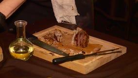 Шеф-повар подготавливает мясное блюдо видеоматериал