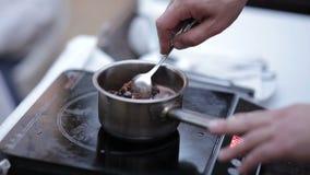 Шеф-повар подготавливает соус ягоды видеоматериал