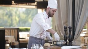Шеф-повар подготавливает фуа-гра сток-видео