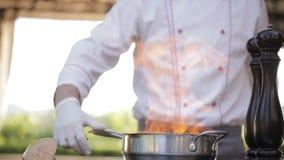 Шеф-повар подготавливает фуа-гра видеоматериал