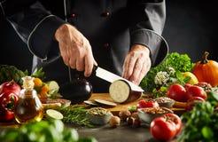 Шеф-повар подготавливая здоровую вегетарианскую кухню стоковые изображения rf