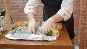 Шеф-повар подготавливая свежие морепродукты для того чтобы сварить его Стоковые Фото