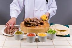 Шеф-повар подготовляет свежий Taco стоковые изображения rf
