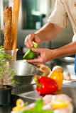 шеф-повар подготовляя овощи Стоковая Фотография