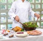шеф-повар подготовляя салат Стоковое Изображение