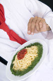 шеф-повар подготовляя спагетти Стоковая Фотография RF