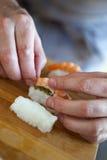 шеф-повар подготовляя суши Стоковая Фотография RF
